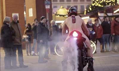 """La policía le busca por hacer un """"burn-out"""" desnudo (image)"""