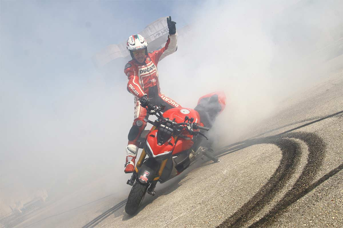 Emilio Zamora añade una Ducati Streetfighter V4 S a su escuadra de motos de stunt (image)