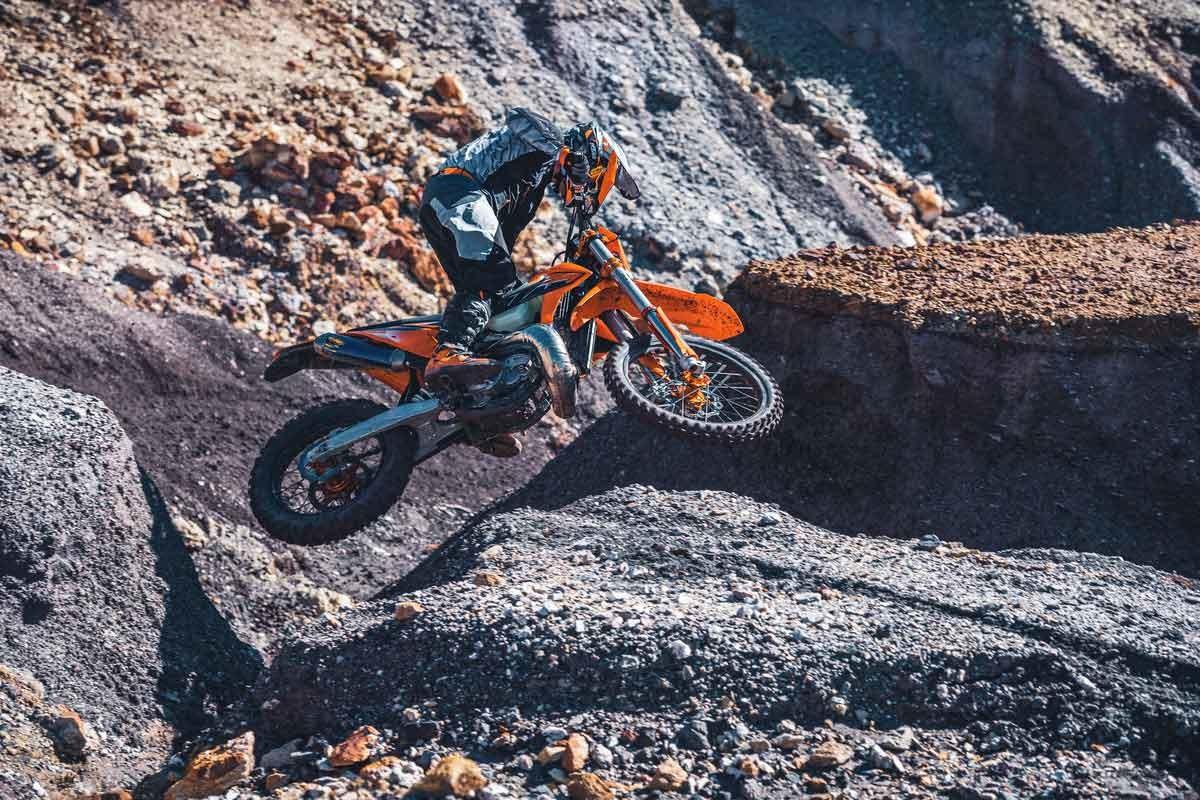 Gama KTM EXC 2022: enduro naranja   (image)