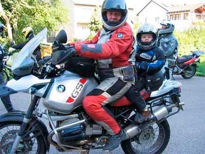 Llevar niño de pasajero en moto