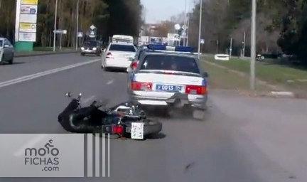 Un motorista embiste a la policía: video (image)