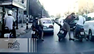 Accidente y bronca: un imbécil en scooter (vídeo) (image)