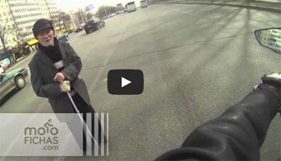 Un motorista ayuda a un ciego (vídeo) (image)