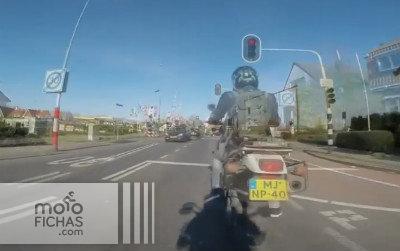 Esto si es aprovechar un semáforo en rojo (vídeo) (image)