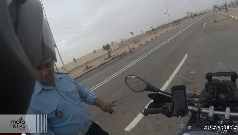 Dos policías marroquíes suspendidos por el vídeo de un motorista español (vídeo) (image)