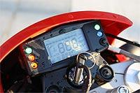 La instrumentación totalmente digital e informa de numerosos parámetros como el estado de la batería, aviso de revisiones, cronómetro, velocidad máxima, media, nivel de gasolina...