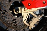 La pinza delantera de anclaje radial con disco de 300 mm y la gruesa horquilla invertida Paioli son detalles de caché muy poco habituales en una moto de 125 cc.