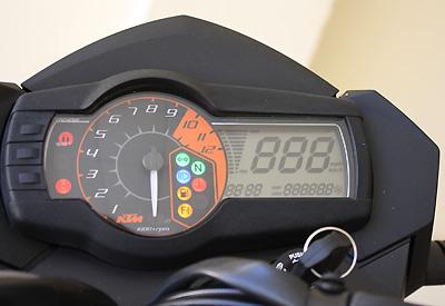 prueba-ktm-990-supermoto-r-detalle-instrumentacion-lateral
