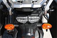 La trasera muestra un diseño sencillo y actual, de cierta vistosidad. En la foto se puede ver la estructura de la parrilla portabultos y también cuenta con asideras para el pasajero que viajará muy cómodo en esta gran moto.