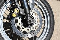 El sistema de frenado es sofisticado al combinar el sistema ABS con el circuito de frenada combinada, añadiendo elementos como las características pinzas monobloque de las moto Yamaha más deportivas.