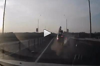 Vídeo: Choca contra coche en marcha y queda sentado en el techo ¿milagro? (image)